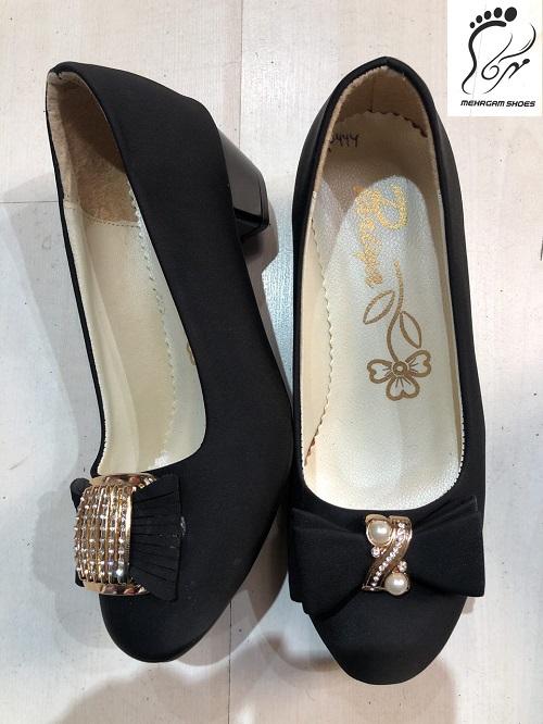 با خرید از کانال تلگرام کفش زنانه سایز بزرگ عمده می توانید از تخفیف های استثنائی و باور نکردنی این مجموعه برای مدتی محدود بهره مند شده و خریدی ایده آل را تجربه نمایید.  کفش سایز بزرگ دغدغه ای برای مشتریان تهیه کفش سایز بزرگ اغلب یکی از معضلات افرادی است که دارای سایز پایی بالاتر از ۴۵ هستند، زیرا تولیدی کارخانه ها معمولا تا سایز ۴۵ بوده و کفش هایی با سایز بالاتر اغلب سخت پیدا می شوند، که این امر به مشکلی بزرگ برای این دسته از افراد تبدیل شده است.  تولیدی شرکت مهرگام در خصوص کفش سایز بزرگ شرکت مهرگام به عنوان یکی از برندهای واقع در تبریز که تولید کننده انواع کفش مردانه، زنانه و بچه گانه می باشد با اندیشیدن به مشکل افرادی با پاهای سایز بزرگ دست به تولید کفش هایی شیک با طرح هایی جذاب برای این افراد زده و از این پس مشکل شما برای خرید کفش سایز بزرگ برطرف گشته و می توانید شیک ترین کفش ها را در طرح و رنگ دلخواه خود انتخاب نمایید.  کانال تلگرام کفش زنانه این مجموعه با راه اندازی سایت های متعدد و کانال تلگرام کفش زنانه دست به فروشی عمده در سراسر کشور زده و اقسام متنوع کفش های خود را از طریق این کانال به فروش مشتریان می رساند. جهت سفارش محصول مورد نظر خود می توانید از طریق آیدی مدیر کانال تلگرام کفش زنانه اقدام کرده و محصول خود را در تعداد بالا خریداری نمایید.  مدل های متنوع کفش زنانه کانال تلگرام کفش زنانه مهرگام با انتشار مدل های متنوع خود در انواع مختلف مجلسی، اسپرت، پوتین، صندل و ... موفق به فروشی گسترده شده و شما می توانید هر مدل از کفشی را که مد نظر دارید در این کانال پیدا کرده و با قیمت هایی مناسب و باور نکردنی به صورت عمده خریداری فرمایید